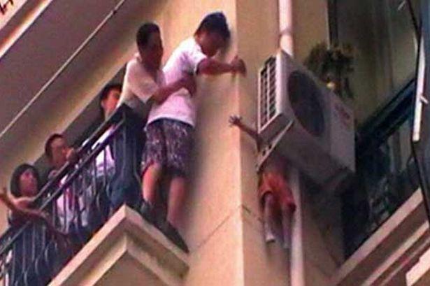 спасено китайче след като се заклещи зад климатик